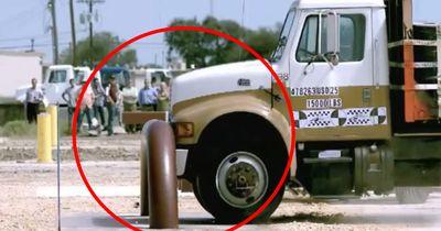 Truck wird von Militärbarriere pulverisiert!