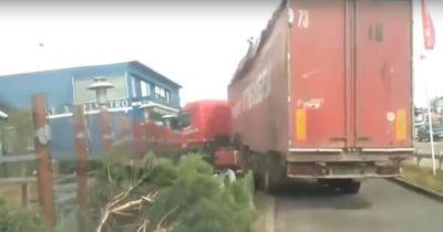 [VIDEO] LKW fährt durch Drive-In