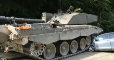 Fahranfängerin nimmt Panzer die Vorfahrt